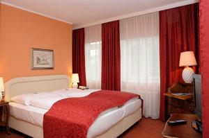 Jedes unserer Zimmer verfügt über eine moderne Ausstattung mit Fernseher, Minibar, Haartrockner und Safe.