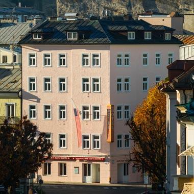 Außenansicht des Hotel Vier Jahreszeiten in Salzburg